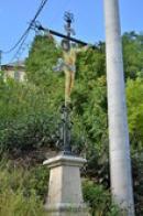 Křížek u cesty k zámku.