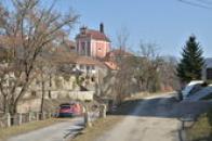 Kostel sv. Ludmily dominuje obci.