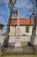Kříž před kostelem sv. Jana Nepomuckého.