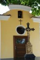 Kříž u kapličky.