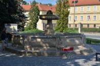 Kašna naproti Novému zámku.