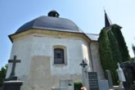 Kostel sv. Rocha pohledem ze hřbitova.