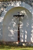 Kříž ve výklenku zdi.