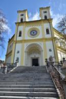 Pohled na průčelí kostela Nanebevzetí Panny Marie.