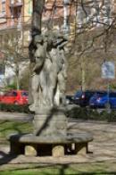 Jedna ze soch ve zdejším parku.