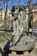 Pohled na sochu ve zdejším parku.