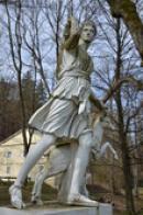 Socha Diany v zámeckém parku.