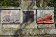 Reliéfy lvů na obelisku.