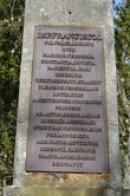 Nápis na přední straně obelisku.