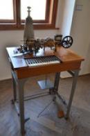 Hughesův telegrafní přístroj.