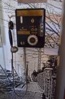Nástěnný telefonní automat.