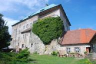 Zámek renesančně přestavěný z původně gotického hradu.
