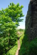 Pěšina kolem hradu...
