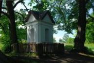 Barokní kaplička ležící nedaleko hradu Houska.