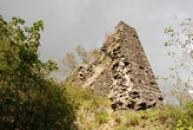Pohled na zeď dávného hradu.