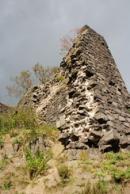 Zeď hradu na vrcholu stejnojmenného kopce.