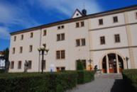 Z Jezuitské koleje je dnes kultutní středisko a knihovna.
