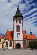 Městská věž a kostel Nanebevzetí Panny Marie.