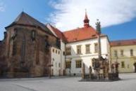 Pohled na budovu bývalého hradu a kostel sv. Kateřiny.