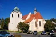 Pohled na kostel Nanebevzetí Panny Marie v Mašťově.
