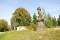 Socha nedaleko místního hřbitova.