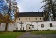 Horní zámek vystavěný ve stylu saské pozdní gotiky.