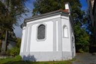 Kaple u kostela Povýšení sv. Kříže.