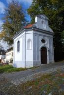 Kaple u kostela Povýšení sv. Kříže v Benešově nad Ploučnicí.