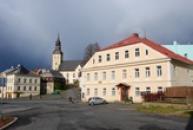 Městské muzeum, v pozadí původně gotický kostel sv. Jiří.