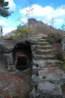Zbytky skalního hradu nedaleko Jetřichovic.
