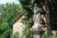 Barokní socha u kostela sv. Máří Magdaleny.