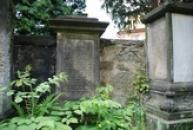 Staré německé náhrobky u kostela.