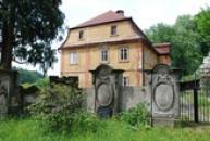 Německé náhrobky u kostela sv. Máří Magdaleny.