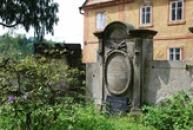 Německé náhrobky u zdejšího kostela.