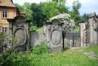 náhrobky u kostela sv. Máří Magdaleny.