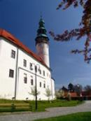 Původně středověký hrad, barokně přestavěný.