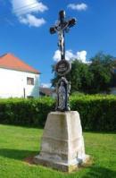 Křížek u kaple sv. Jana Křtitele.