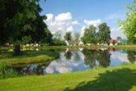 Malebný rybník na návsi.