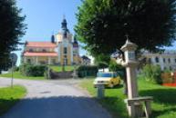 Cesta ke kostelu Nanebevzetí Panny Marie.