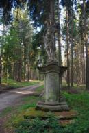 Socha na levé straně silnice směrem na Jemčinu.