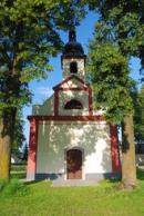 Kaple sv. Jana Nepomuckého na zdejší návsi.