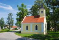 Náves s kaplí sv. Jana Nepomuckého.