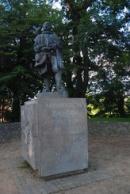 Socha Jakuba Krčína na hrázi rybníka.