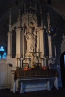 Oltář v kapli situovaný k jihu.