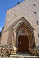 Vstup do kostela Nanebevzetí Panny Marie.