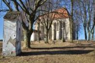 Výklenková kaple a kostel.