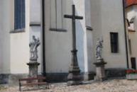 Pohled na sochy u kostela sv. Jiljí.