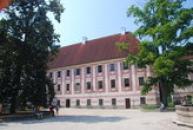 Západní barokní část zámku.