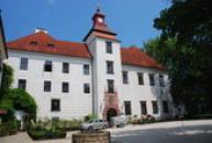 Pohled na zámek z velkého nádvoří.