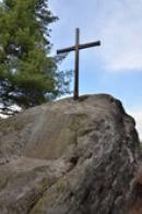 Kříž na nedalekém vrcholu.